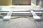 Stesura di tubazioni per passaggio fili sotto piano removibile