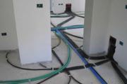 Stesura ordinata di tubi elettrici in appartamento